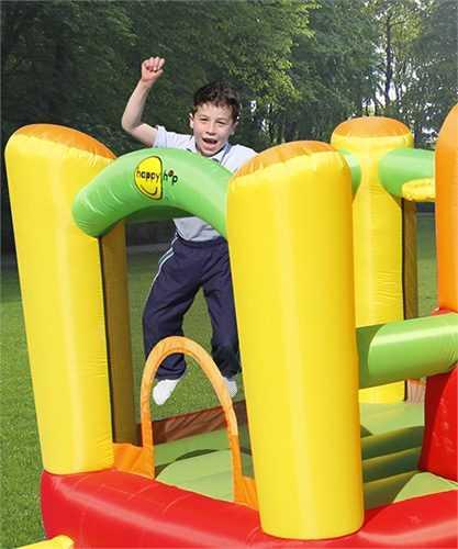 ילד קופץ על מתנפח