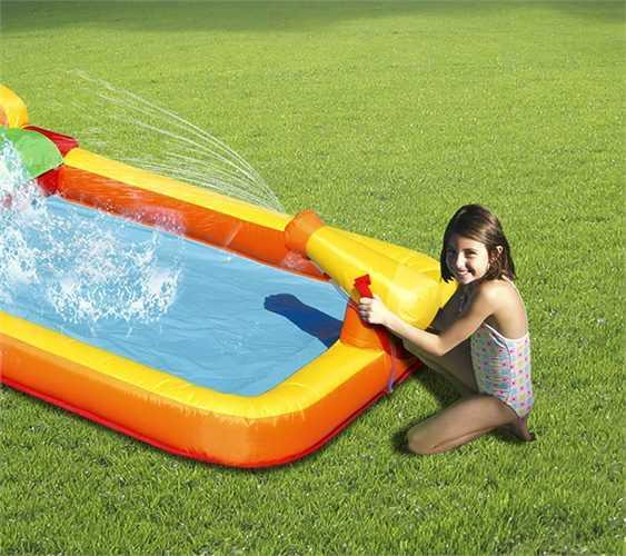 תנפח מים עם ילדה