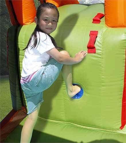 ילדה מטפסת על מתנפח