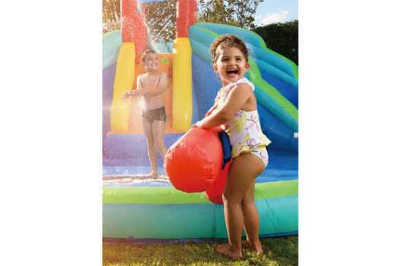 ילדים משחקים עם מתנפח מים